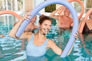 Senioren in der Reha machen Hydrotherapie