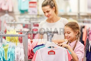 Mutter und Tochter beim Shopping in Einkaufszentrum
