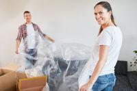 Frau und Mann mit Schutzfolie beim Renovieren