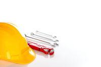 Schutzhelm mit verschiedenen Werkzeugen