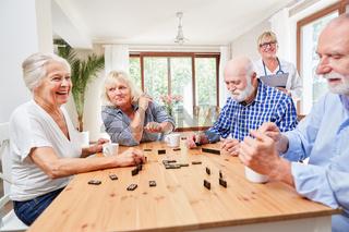 Senioren im Aufenthaltsraum beim Domino Spiel