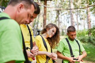 Im Kletterwald erhalten Anfänger eine Schulung