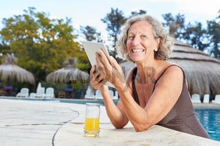 Frau mit Tablet Computer im Spa Pool