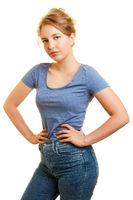 Junge schlanke Frau mit Händen in der Hüfte