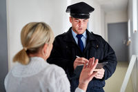 Polizist macht Zeugenbefragung nach Einbruch