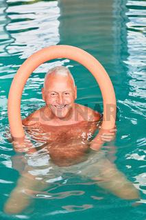 Senior Mann mit Schwimmnudel