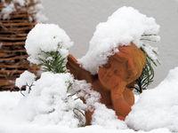 Terracotta Engel im Schnee