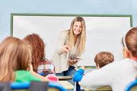 Frau als Lehrer unterrichtet Grundschüler