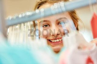 Kind beim Einkaufen in einer Boutique