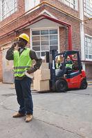 Gabelstapler vor dem Depot einer Logistik Firma