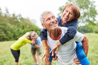 Fröhliche Senioren haben Spaß in der Natur