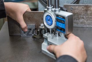 Metallbearbeitung mit einem Höhenmessgerät - Handwerker