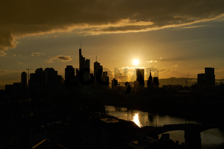 Stadt Frankfurt am Main mit Downtown abends als Skyline