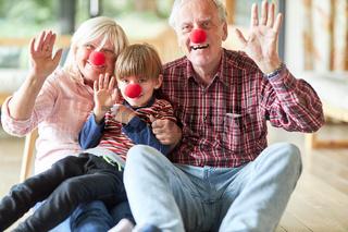 Großeltern feiern Fasching als Clown mit roter Nase