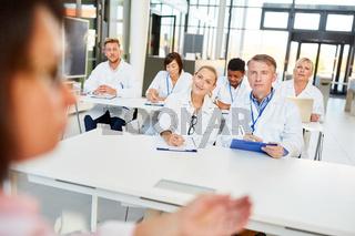Gruppe Ärzte und Therapeuten in einem Seminar