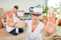 Frau mit VR Brille sucht Orientierung