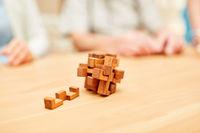 Puzzlespiel aus Holz in der Demenz Therapie