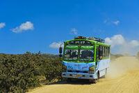 Bus auf einer staubigen Landstrasse bei Hawzien, Gheralta Region,Tigray, Äthiopien
