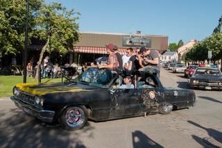 altes rostiges Auto fährt mit bei der Rally  am schwedischen National Tag am 6. Juni in Filipstad