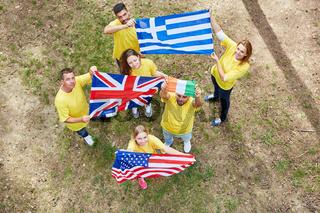 Junge Leute stehen mit verschiedenen Nationalflaggen