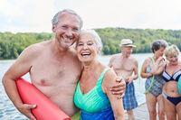 Vitales glückliches Senioren Paar im Urlaub