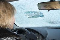 Gefahr durch vereiste Windschutzscheibe im Auto