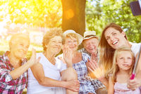 Familie mit Großeltern und Kind mit Selfie Stick