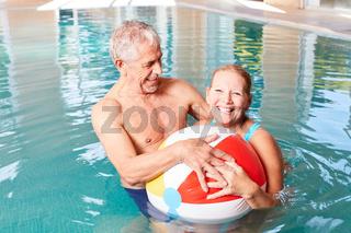Senioren Paar hat Spaß mit einem Wasserball