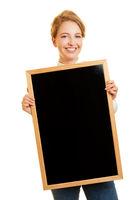 Studentin hält eine leere Kreidetafel