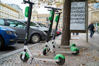 E-Scooter der Firma Lime am Straßenrand in Prag