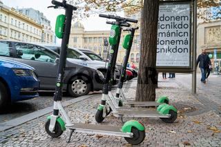 E-Scooter der Firma Lime am Straßenrand in Prag