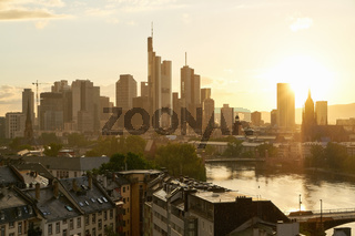 Skyline der Stadt Frankfurt am Main abends mit Sonne