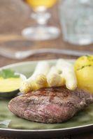 Nahaufnahme von Spargel auf einem Steak