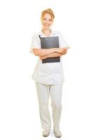 Zufriedene Krankenschwester mit Klemmbrett