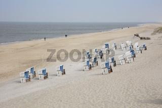 Leere Strandkoerbe an der Kueste