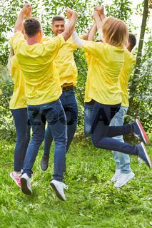 Junge Leute stehen als Team im Kreis