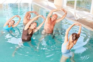 Senioren machen Wassergymnastik in der Reha