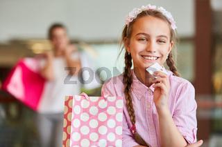 Mädchen mit einer Kundenkarte