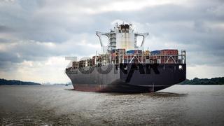 Containerschiff von hinten auf der Elbe