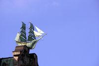 Segelschiffe verzieren die Schmuckgiebel des Globushof