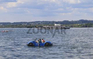 Verschiedene Wasserfahrzeuge auf dem Bodensee, Tretboot und Fähre