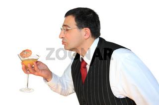 gast trinkt cocktail