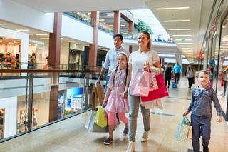 Glückliche Familie mit vielen Einkaufstüten