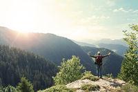 Wanderer auf Gipfel von Berg mit Rucksack