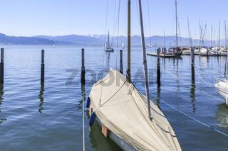 Vertäute Segelyacht im Hafen von Lindau Insel, Bodensee, Landschaftsbild