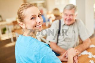 Pflegedienst Frau bei einem Hausbesuch