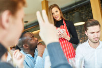 Gast hebt die Hand bei einer Bestellung in Bar