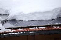 Schneelast auf Solardach im Winter