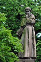 Berthold Schwarz Skulptur von 1855 auf einem Brunnen am Rathaus Freiburg im Breisgau