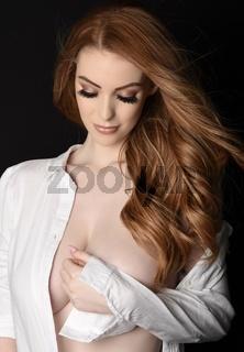 Sexy, grosser, schlanker, vollbusige Rothaarige in einem Herrenhemd, Oben Ohne und impliziert nackt